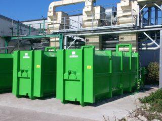 dva zelené lisovací kontejnery