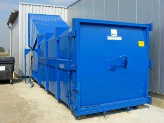 Lisovací kontejner plněn skrz násypku zevnitř haly