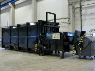 Černý stacionární lis a integrované vyklápěcí zařízení