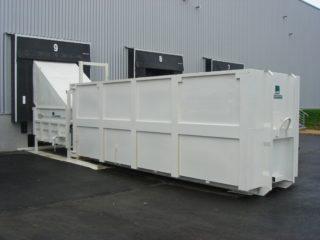 bílý stacionární lis s přípojným kontejnerem