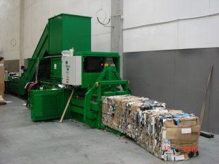 horizontální balíkovací lis v provozu