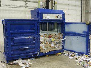 balíkovací lis L30-2 lisuje papír
