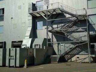 Sestava stacionární jednotky s přípojným kontejnerem, vybaveným vyklápěcí střechou