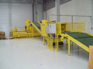 horizontální balíkovací lis žlutý