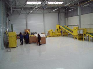 žlutý horizontální balíkovací lis